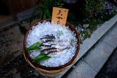 Μικρά ψάρια για το ψήσιμο στη σχάρα στον ιαπωνικό πλανόδιο πωλητή Στοκ Φωτογραφίες