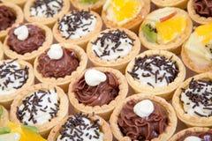 Μικρά cupcakes με το διαφορετικό γέμισμα, να εξυπηρετήσει Στοκ φωτογραφία με δικαίωμα ελεύθερης χρήσης