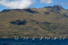 Μικρά sailboats που συναγωνίζονται πέρα από τη λίμνη Wakatipu Στοκ Εικόνα