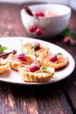 Μικρά tarts καραμέλας της Apple στο άσπρο πιάτο και το καφετί αγροτικό υπόβαθρο Γαλλικό tatin με το μήλο παραδείσου Στοκ Εικόνες