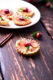 Μικρά tarts καραμέλας της Apple στο άσπρο πιάτο και το καφετί αγροτικό υπόβαθρο Γαλλικό tatin με το μήλο παραδείσου Στοκ φωτογραφίες με δικαίωμα ελεύθερης χρήσης