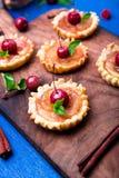 Μικρά tarts καραμέλας της Apple στον ξύλινο πίνακα και το μπλε αγροτικό υπόβαθρο Γαλλικό tatin με το μήλο παραδείσου κλείστε επάν Στοκ φωτογραφία με δικαίωμα ελεύθερης χρήσης