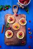 Μικρά tarts καραμέλας της Apple στον ξύλινο πίνακα και το μπλε αγροτικό υπόβαθρο Γαλλικό tatin με το μήλο παραδείσου Τοπ όψη Στοκ φωτογραφία με δικαίωμα ελεύθερης χρήσης