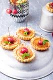 Μικρά tarts καραμέλας της Apple στο γκρίζο υπόβαθρο Γαλλικό tatin με το μήλο παραδείσου Στοκ εικόνα με δικαίωμα ελεύθερης χρήσης