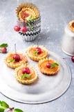 Μικρά tarts καραμέλας της Apple στο γκρίζο υπόβαθρο Γαλλικό tatin με το μήλο παραδείσου Στοκ Εικόνα