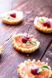 Μικρά tarts καραμέλας της Apple στο καφετί αγροτικό υπόβαθρο Γαλλικό tatin με το μήλο παραδείσου Στοκ εικόνες με δικαίωμα ελεύθερης χρήσης