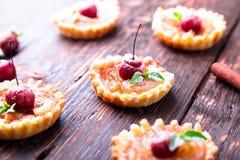 Μικρά tarts καραμέλας της Apple στο καφετί αγροτικό υπόβαθρο Γαλλικό tatin με το μήλο παραδείσου Στοκ εικόνα με δικαίωμα ελεύθερης χρήσης