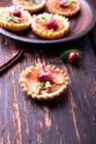 Μικρά tarts καραμέλας της Apple στο καφετί αγροτικό υπόβαθρο Γαλλικό tatin με το μήλο παραδείσου Στοκ φωτογραφία με δικαίωμα ελεύθερης χρήσης