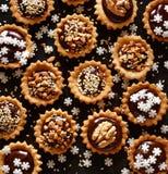 Μικρά tarts καρυδιών σοκολάτας Ένα εύγευστο επιδόρπιο διακοπών Στοκ εικόνα με δικαίωμα ελεύθερης χρήσης