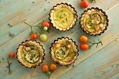 Μικρά tarts με τα ψημένα στη σχάρα κολοκύθια, το καπνισμένα τυρί και το θυμάρι στον ξύλινο πίνακα Στοκ Εικόνα