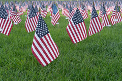 Μικρές αμερικανικές σημαίες στο 9/11 μνημείο στοκ εικόνα