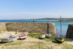 Μικρές βάρκες που αναστέλλονται στο σκάφος στο μικρότερο λιμένα της Γαλλίας, λιμένας Racine, χερσόνησος Cotentin Στοκ φωτογραφίες με δικαίωμα ελεύθερης χρήσης