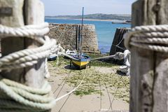 Μικρές βάρκες που αναστέλλονται στο σκάφος στο μικρότερο λιμένα της Γαλλίας, λιμένας Racine, χερσόνησος Cotentin Στοκ εικόνες με δικαίωμα ελεύθερης χρήσης