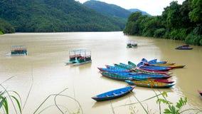Μικρές βάρκες στη λίμνη Phewa σε Pokhara απόθεμα βίντεο