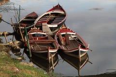 Μικρές βάρκες στον ποταμό Arno στη Φλωρεντία Στοκ Εικόνες