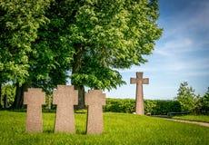 Μικρές διαγώνιες ταφόπετρες σε μια σειρά στοκ φωτογραφία