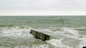 Μικρές διασπάσεις κυμάτων με τον κυματοθραύστη σε Μαύρη Θάλασσα κοντά στην Οδησσός Ακτή, ράντισμα, που συντρίβει, seafoam φιλμ μικρού μήκους