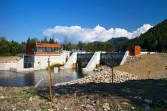 Μικρές εγκαταστάσεις υδρο παραγωγής ενέργειας στον ποταμό Vah τον Ιαν. Podturen - Liptovsky Στοκ Εικόνα