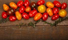 Μικρές ζωηρόχρωμες ντομάτες κερασιών οικογενειακών κειμηλίων Στοκ Εικόνα