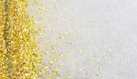 Μικρές κίτρινες πτώσεις φύλλων στο πάτωμα τσιμέντου Στοκ Εικόνες