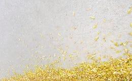 Μικρές κίτρινες πτώσεις φύλλων στο πάτωμα τσιμέντου Στοκ εικόνες με δικαίωμα ελεύθερης χρήσης
