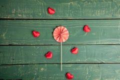 Μικρές καρδιές στο πράσινο υπόβαθρο στοκ εικόνα με δικαίωμα ελεύθερης χρήσης
