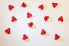 Μικρές κόκκινες καρδιές στο άσπρο υπόβαθρο Στοκ εικόνες με δικαίωμα ελεύθερης χρήσης