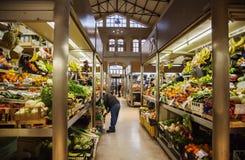 Μικρές μπριζόλες φρούτων και λαχανικών στην παλαιά αγορά, Μπολόνια, Στοκ Εικόνες