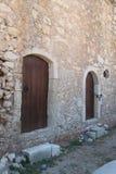 Μικρές ξύλινες πόρτες, μοναστήρι Arkadi, Κρήτη Στοκ εικόνα με δικαίωμα ελεύθερης χρήσης