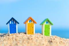 Μικρές ξύλινες καμπίνες στην παραλία Στοκ φωτογραφία με δικαίωμα ελεύθερης χρήσης