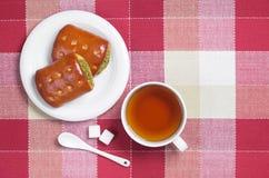 Μικρές πίτες με τα πράσινα και το τσάι στοκ εικόνα