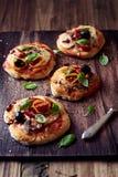 Μικρές πίτσες με τη μοτσαρέλα, το σαλάμι και τα μανιτάρια Στοκ Εικόνες
