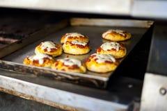 Μικρές πίτσες που μαγειρεύτηκαν ακριβώς Στοκ Εικόνες