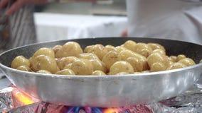 Μικρές πατάτες που τηγανίζονται στο ασημένιο τηγάνι στο εστιατόριο απόθεμα βίντεο