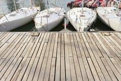 Μικρές πλέοντας βάρκες στο λιμενοβραχίονα Στοκ εικόνα με δικαίωμα ελεύθερης χρήσης