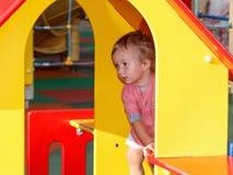 Μικρές δραστηριότητες παιδιών, ιστορία των οικογενειακών παιχνιδιών παιδί έξω από το παιχνίδι Στοκ εικόνες με δικαίωμα ελεύθερης χρήσης