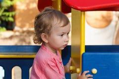 Μικρές δραστηριότητες παιδιών, ιστορία των οικογενειακών παιχνιδιών παιδί έξω από το παιχνίδι Στοκ Φωτογραφία