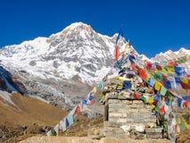 Μικρές σημαίες stupa και προσευχής ενάντια της αιχμής βουνών Στοκ εικόνα με δικαίωμα ελεύθερης χρήσης