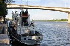 Μικρές σκάφος και γέφυρα Στοκ εικόνες με δικαίωμα ελεύθερης χρήσης