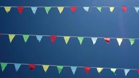 Μικρές τριγωνικές κυματίζοντας σημαίες φιλμ μικρού μήκους