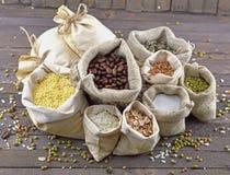 Burlap τσάντες με το σιτάρι στοκ εικόνες