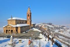 Μικρές plaza και εκκλησία σε Diano D'Alba, Ιταλία. Στοκ Φωτογραφίες