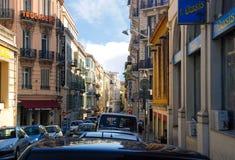 Μικρή άνετη οδός που γεμίζουν με τα αυτοκίνητα στη Νίκαια, κυανή ακτή σε φράγκο Στοκ φωτογραφίες με δικαίωμα ελεύθερης χρήσης