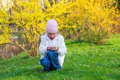 μικρή άνοιξη πάρκων κοριτσιώ& Στοκ Φωτογραφίες