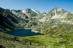 Μικρή λίμνη στα βουνά σε Altai στοκ εικόνες