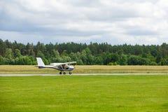 Μικρή απογείωση αεροπλάνων στοκ φωτογραφία με δικαίωμα ελεύθερης χρήσης