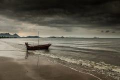 Μικρή βάρκα κοντά στη θύελλα Στοκ Φωτογραφία