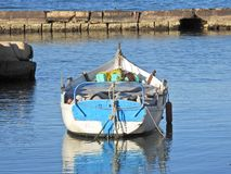 Μικρή βάρκα, μπλε θάλασσα, ήρεμος, ειρηνική Στοκ Εικόνες