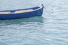 Μικρή βάρκα που επιπλέει στον ωκεανό στοκ φωτογραφία