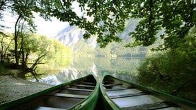 Μικρή βάρκα στην ειδυλλιακή αλπική κοιλάδα με τη λίμνη στις αρχές του καλοκαιριού HD1080p, Bohinj, Σλοβενία απόθεμα βίντεο